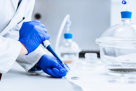 Foto de Senior male researcher carrying out scientific research in a lab  - Imagen libre de derechos