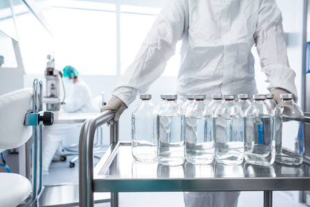 Foto de Flasks with liquids in a lab - Imagen libre de derechos