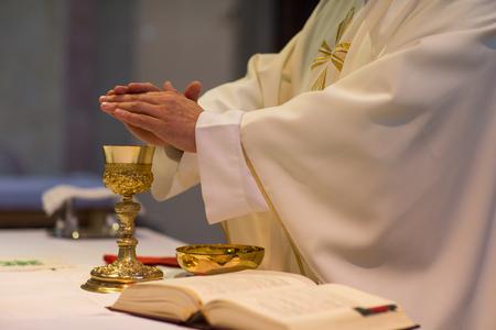 Photo pour Priest during a wedding ceremony/nuptial mass - image libre de droit