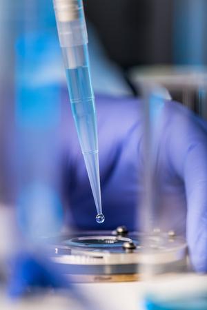 Foto de Hands of a researcher carrying out scientific research in a lab - Imagen libre de derechos