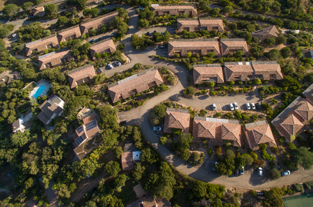 Photo pour Aerial view of affluent suburban neighborhood - image libre de droit