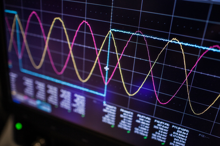 Foto de Digital oscilloscope is used by an experienced electronic engineer in the laboratory - Imagen libre de derechos