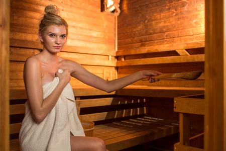 Foto de Young woman relaxing in a sauna - Imagen libre de derechos