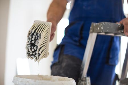 Foto de Painter man at work with a paint bucket, wall painting concept - Imagen libre de derechos