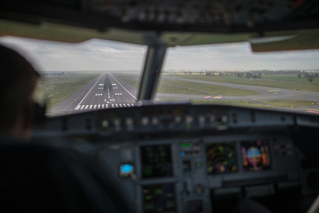 Foto de Pilot's hand accelerating on the throttle in  a commercial airliner airplane flight cockpit during takeoff - Imagen libre de derechos