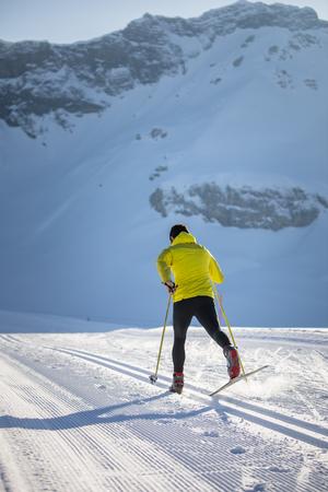 Foto de Cross-country skiing: young man cross-country skiing on a winter day - Imagen libre de derechos
