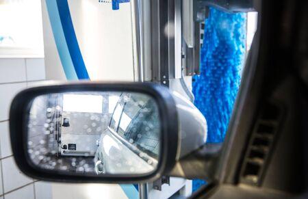 Foto de Car in a carwash - view from the interior of the vehicle - Imagen libre de derechos