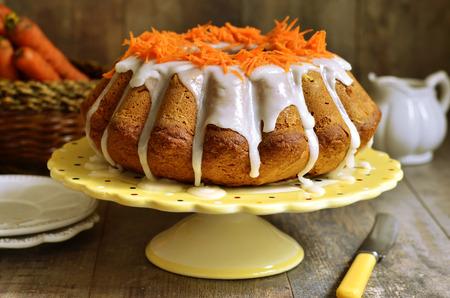 Photo pour Carrot cake with sugar glaze on rustic background. - image libre de droit