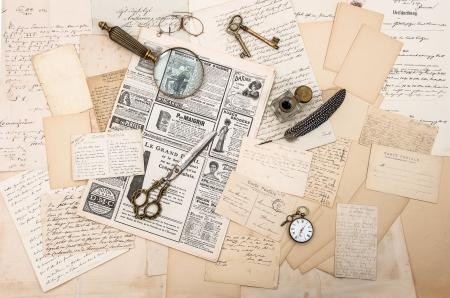 Foto de antique accessories, old letters and postcards, vintage ink pen  nostalgic sentimental background  ephemera and newspaper - Imagen libre de derechos