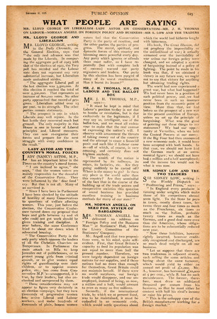 Photo pour Newspaper page with english text. Vintage magazine from 1923 - image libre de droit