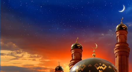 Foto de Ramadan Kareem background.Crescent moon at a top of a mosque - Imagen libre de derechos