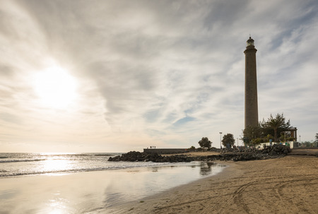 Foto de Horizontal shot of the beautiful beach in Maspalomas, with Faro de Maspalomas or Maspalomas lighthouse, in the background, Gran Canaria, Spain - Imagen libre de derechos