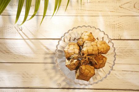 Foto de top view ketupat on the glass plate - Imagen libre de derechos