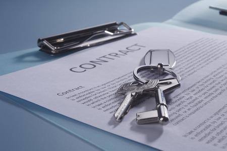 Photo pour close of the key on the contract form - image libre de droit