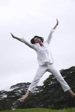 Foto de Woman jumping in the air - Imagen libre de derechos