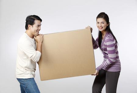 Photo pour couple holding  a box together - image libre de droit