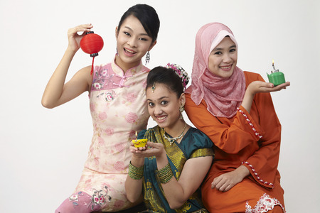 Photo pour three malaysian woman holding lantern and oil lamp - image libre de droit