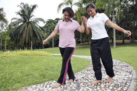 Foto de Mother and daughter walking across the reflexology path. - Imagen libre de derechos