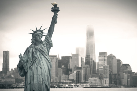Photo pour Statue of Liberty with cityscape in the background - image libre de droit