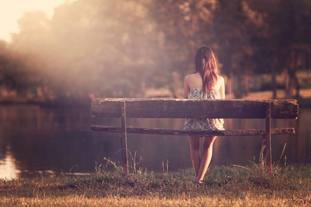 Foto de Girl sitting in a bench - Imagen libre de derechos