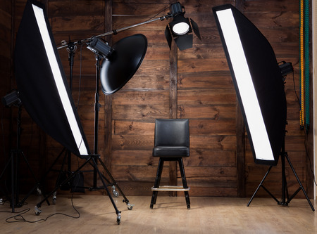 Foto de Lighting set up in photostudio with wooden background - Imagen libre de derechos