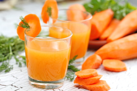 Photo pour Carrot juice and fresh carrot - image libre de droit