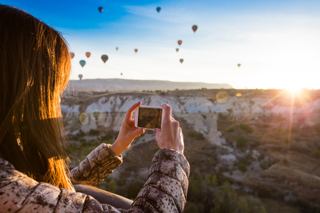 Foto de lonely traveler looking into the Cappadocia, Central Anatolia, Turkey - Imagen libre de derechos
