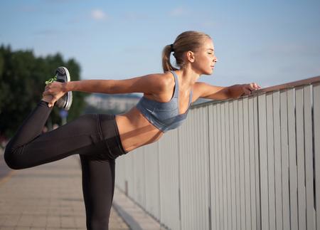 Photo pour Beautiful fit young blond woman urban fitness. - image libre de droit