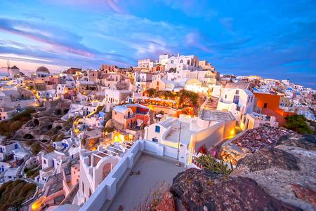 Foto de Oia Santorini Greece famous with beautiful romantic sunsets - Imagen libre de derechos