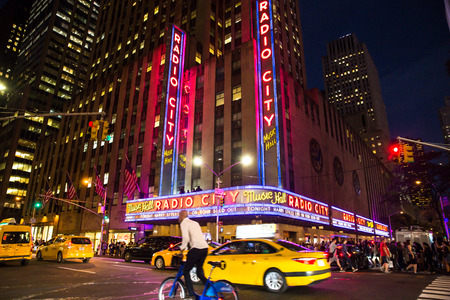 Photo pour NEW YORK CITY - SEPTEMBER 28, 2017: View of busy night street scene outside Radio City Music Hall on Sixth Avenue in Midtown Manhattan. - image libre de droit