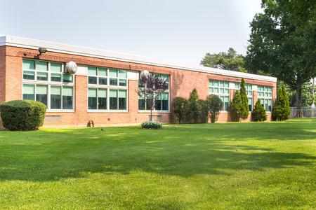 Foto de View of typical American school building exterior - Imagen libre de derechos
