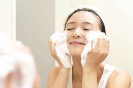 Photo pour Woman washing her face - image libre de droit