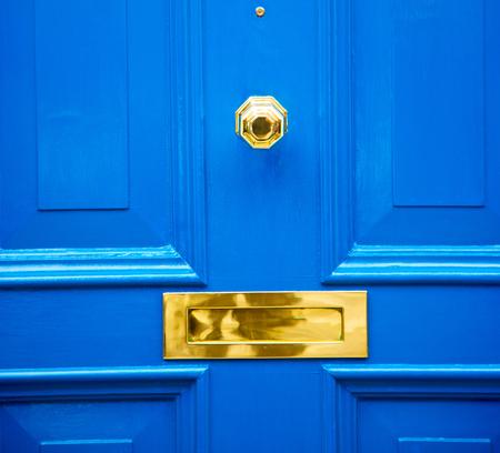 Photo pour blue handle  in london antique  door  rusty  brass nail and light - image libre de droit