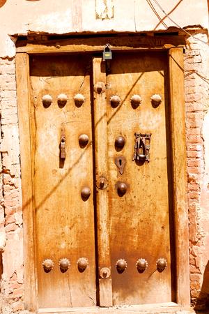 Photo pour blur in iran old door near the mosque and antique construction - image libre de droit