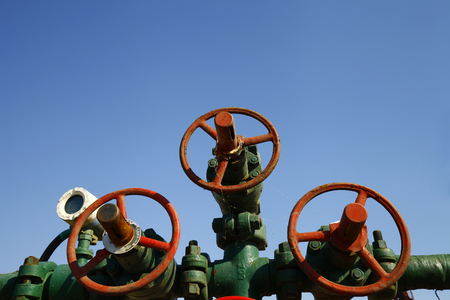 Photo pour Oil pipes and valves - image libre de droit