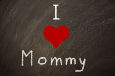 Foto de I love mommy written on a black board - Imagen libre de derechos