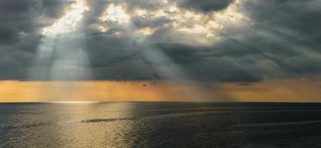 Foto de Sun's rays passing through the clouds - Imagen libre de derechos