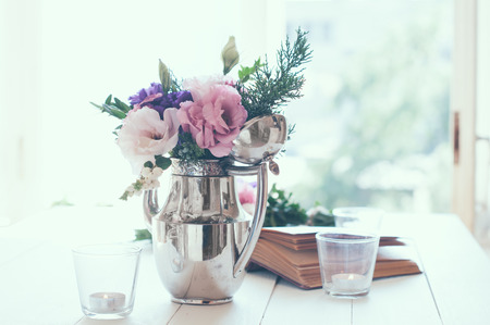 Photo pour Summer bouquet of purple and pink eustomas in an antique coffee pot on white wooden table, vintage style, holiday and wedding floral decorations - image libre de droit