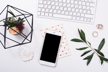 Foto de feminine tabletop flatlay with smartphone mock-up - Imagen libre de derechos