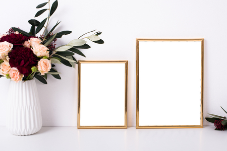 Foto de Two golden frames mock-up - Imagen libre de derechos