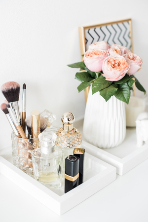 Foto de Ladys dressing table decoration with flowers, beautiful details, - Imagen libre de derechos