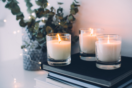 Photo pour Cozy home interior decor, burning candles - image libre de droit