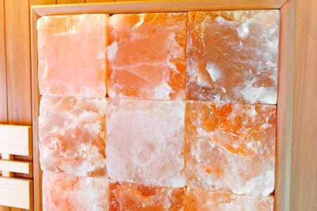Photo pour Interior dry Himalayan salt sauna wall.  Sauna room at  spa hotel - image libre de droit