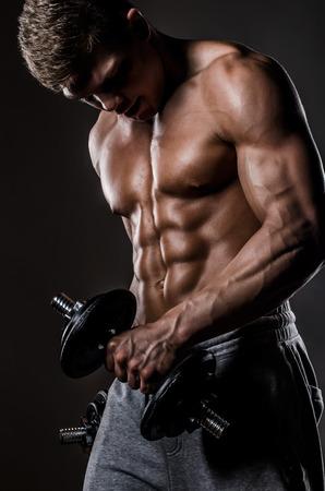 Foto de Muscle man with weights - Imagen libre de derechos