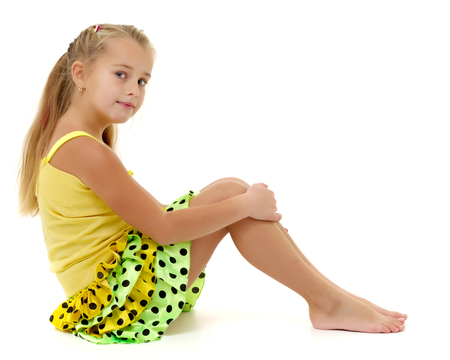 Photo pour Little girl is sitting on the floor. - image libre de droit
