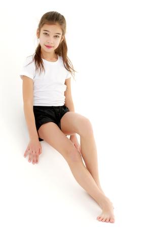 Photo pour The little girl leaned against the wall. - image libre de droit