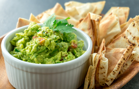 Photo pour Mexican guacamole dish. Guacamole is a avocado based dip, traditionally a mexican (Aztecs) dish. Healthy and easy to make at home with a few simple ingredients. Excellent as party food or at bars.. - image libre de droit