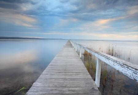 Foto de Long Jetty serenity - Alone let him constantly meditate in solitude on that which is salutary for his soul, for he who meditates in solitude attains supreme bliss. - Imagen libre de derechos