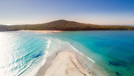 Foto de Fingal spit as the tide washes in.  Port Stephens Australia - Imagen libre de derechos