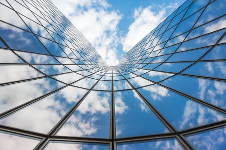 Foto de Blue sky and white clouds reflecting in a  glass building - Imagen libre de derechos